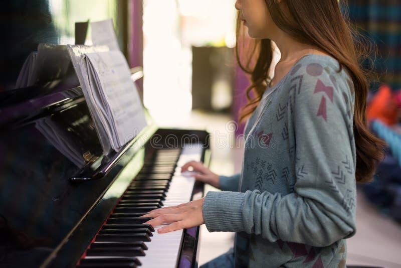 妇女钢琴演奏家戏剧经典钢琴 库存照片