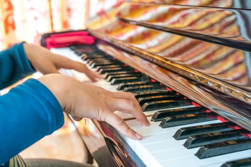 妇女钢琴演奏家的手琴键的 图库摄影