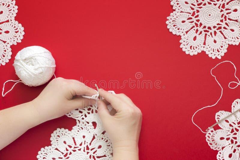 妇女钩编编织物的手 钩编编织物棉花鞋带手工制造小垫布和钩针 免版税图库摄影