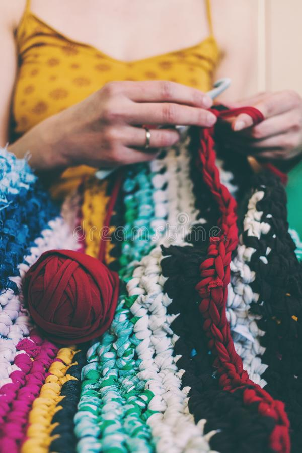 妇女钩编编织物 免版税图库摄影