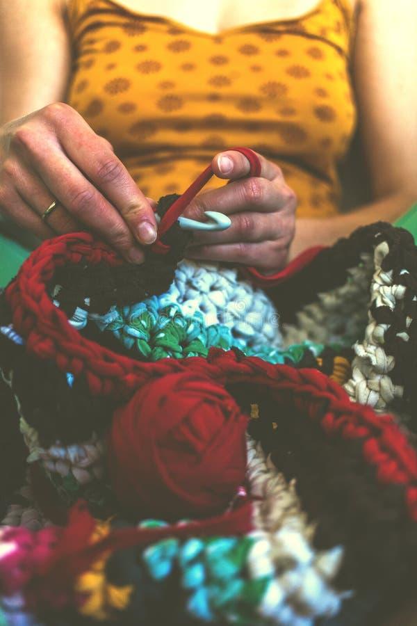 妇女钩编编织物 免版税库存图片