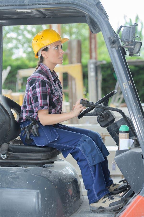妇女铲车操作员 免版税库存图片