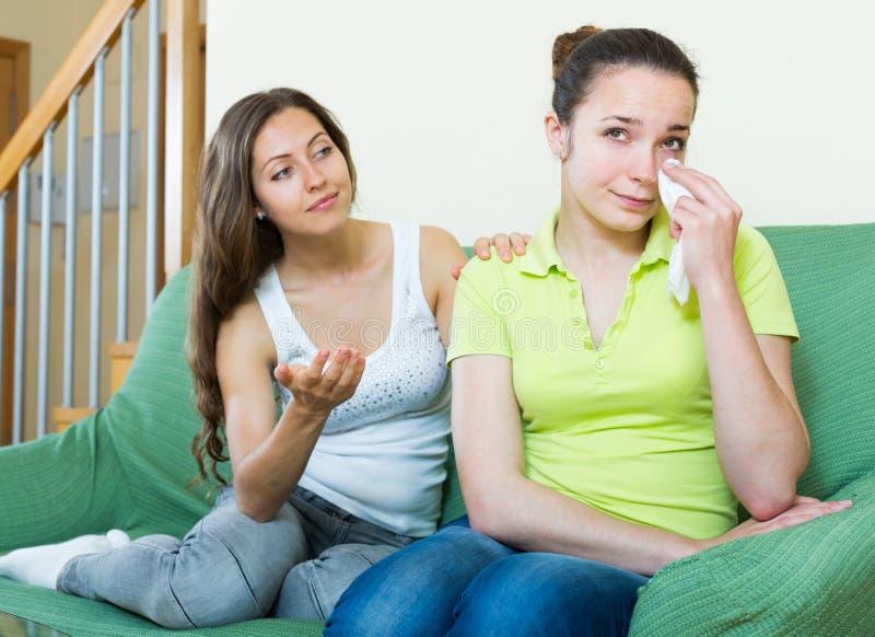 妇女镇定一个哭泣的朋友 免版税图库摄影