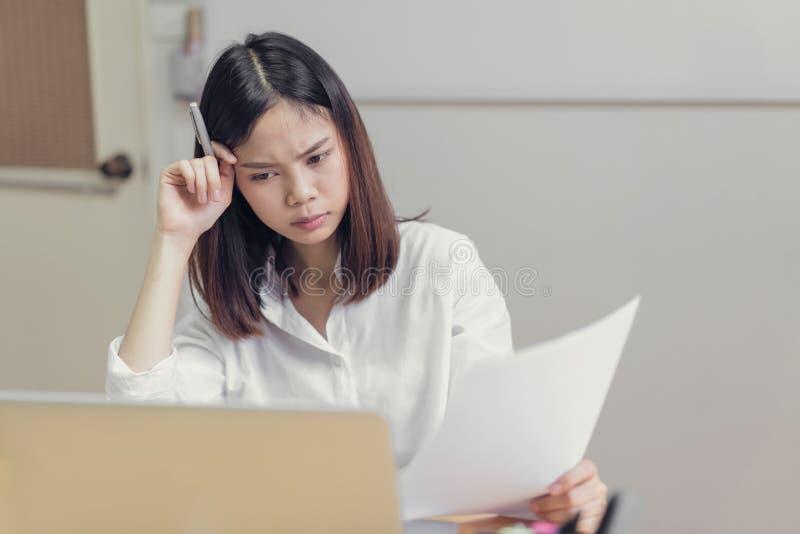 妇女长期强调说由于计算机用途 劳累过度的概念为健康是坏的 图库摄影