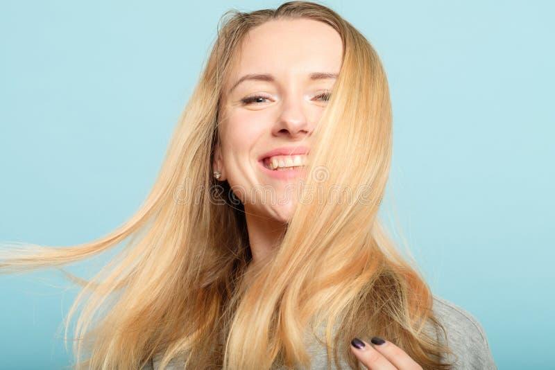 妇女长的发光的头发秀丽健康haircare 免版税库存图片