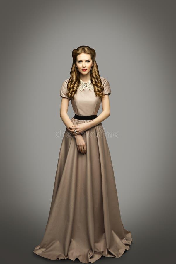 妇女长的礼服,在历史褂子灰色的时装模特儿 免版税库存图片