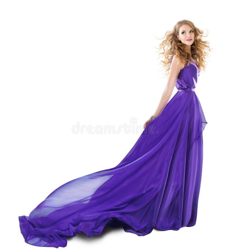 妇女长的紫色礼服,在晚礼服,在白色的女孩全长秀丽画象的时装模特儿 免版税库存图片