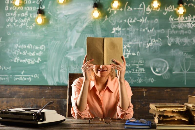 妇女阅读书的考试准备 考试时间在学校 库存照片