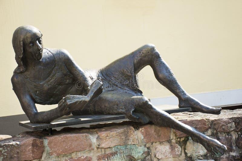 妇女阅读书Lobdengau博物馆古铜雕象在德国 免版税图库摄影
