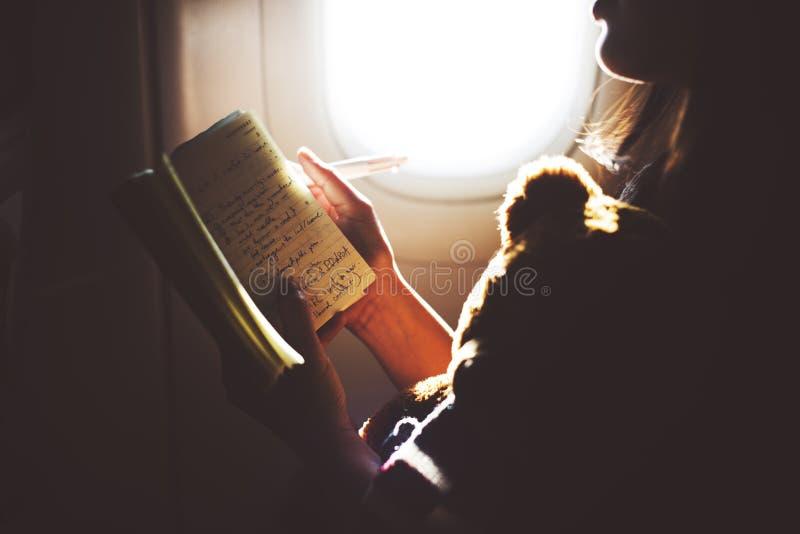 妇女阅读书飞机飞行概念 免版税库存照片