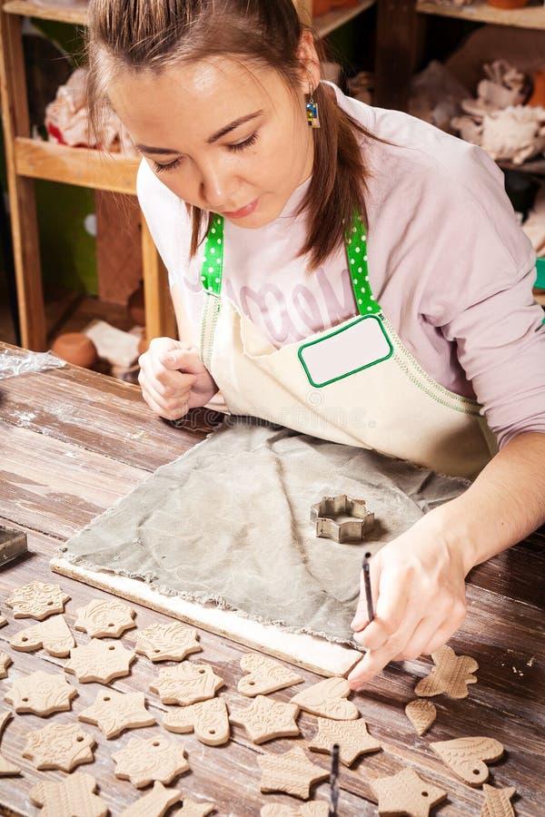 妇女陶瓷工工作 库存照片