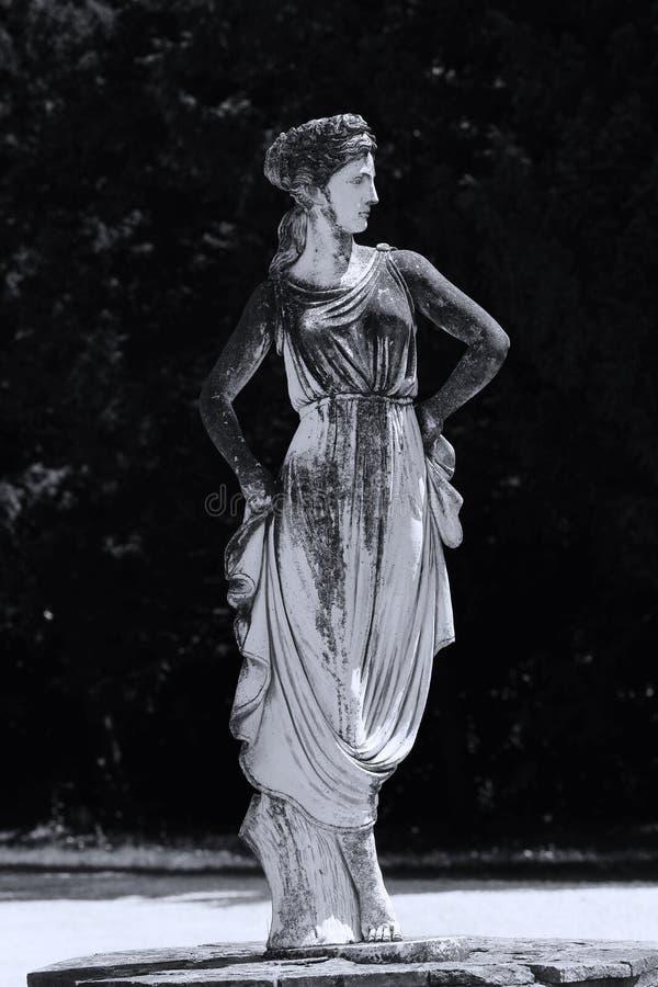 妇女雕塑在意大利庭院里 免版税库存图片