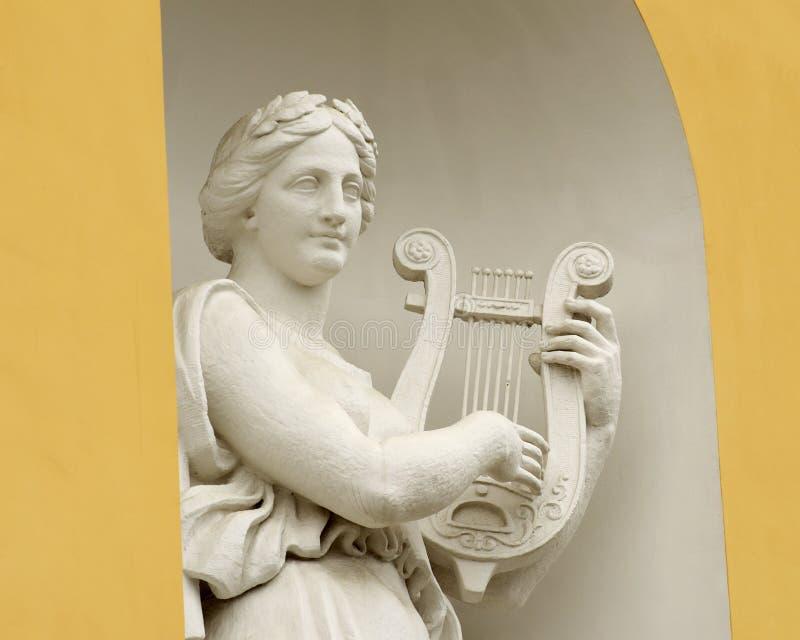 妇女雕塑有里拉琴的图片