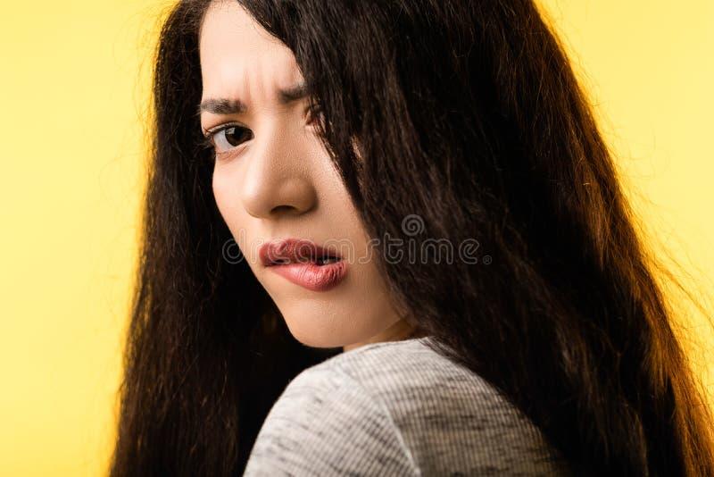 妇女面孔咬住的嘴唇痛苦恐惧忧虑 免版税图库摄影