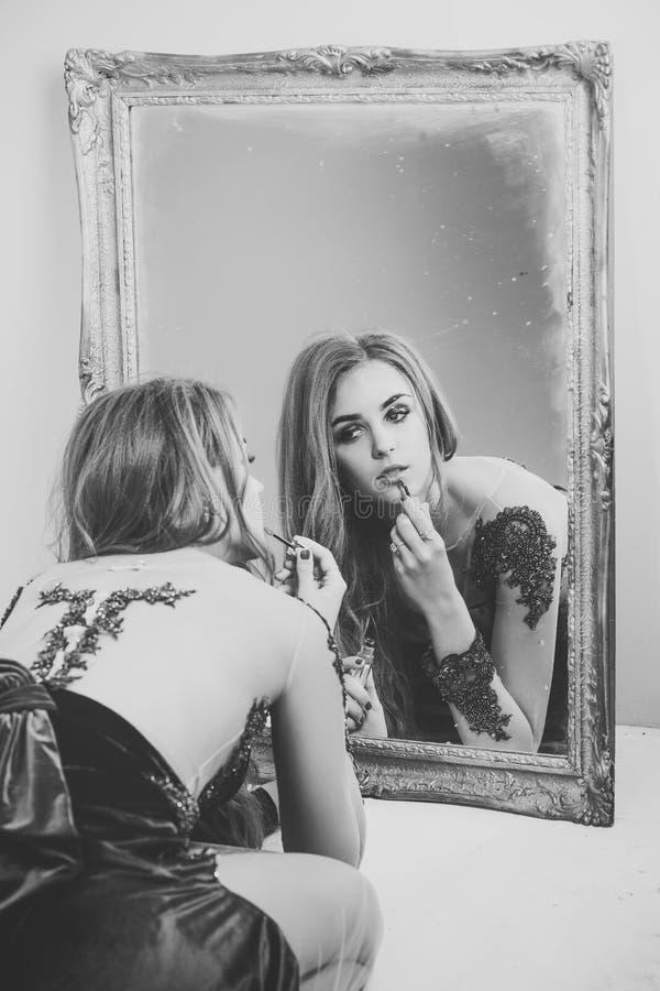 妇女面孔秀丽 把唇膏在嘴唇上,在面孔的构成放的妇女 库存照片