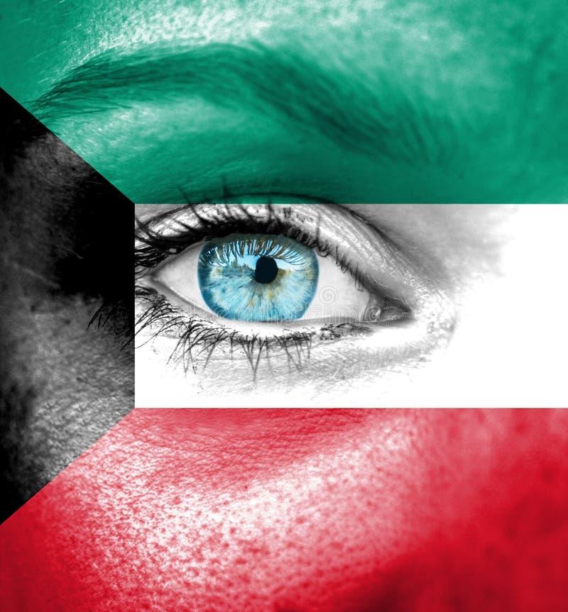 妇女面孔绘与科威特的旗子 库存照片