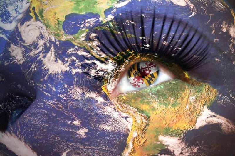 妇女面对与行星地球纹理和马里兰状态旗子在眼睛里面 免版税图库摄影