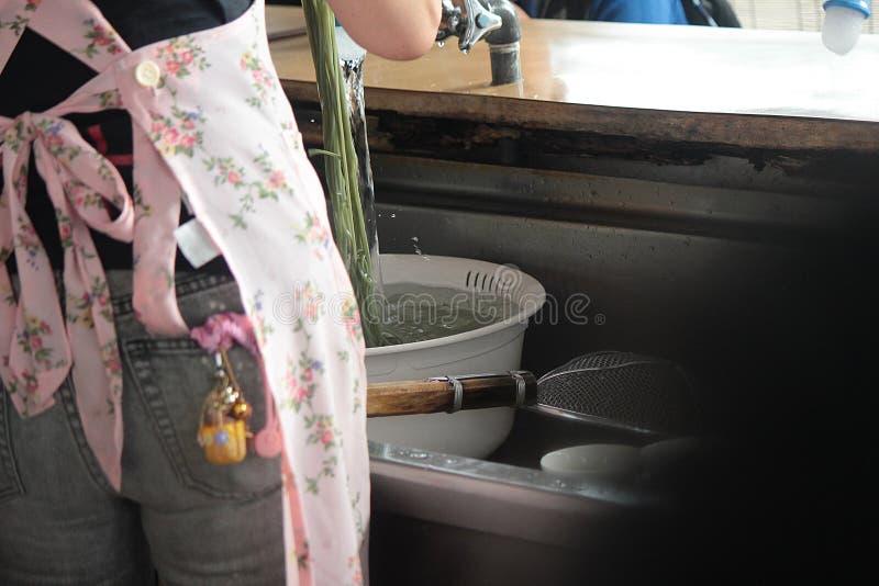 妇女面条为烹调做准备 免版税库存照片
