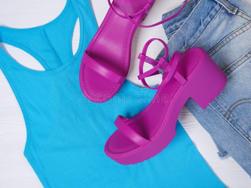妇女鞋子桃红色系带平台凉鞋 时尚成套装备,春天夏天汇集 背景袋子概念行程购物的白人妇女 平的位置,看法从上面 免版税库存图片
