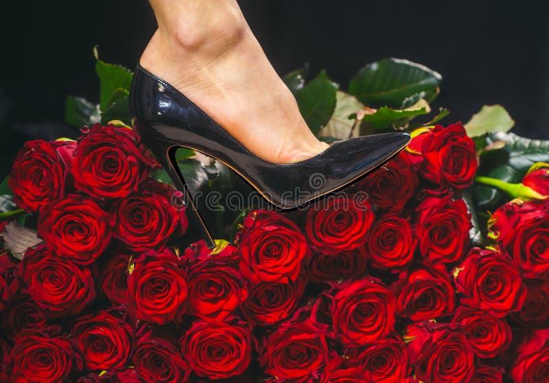 妇女鞋子 高跟鞋 鞋子销售  ?? E 女性优势 黑鞋子的女孩 妇女腿和 免版税库存照片