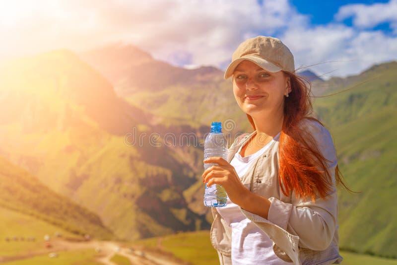 妇女饮用水在夏天阳光下 库存照片