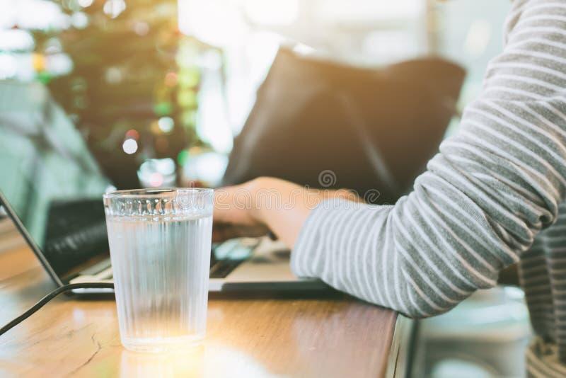 妇女饮用水,当工作在天期间时 库存图片
