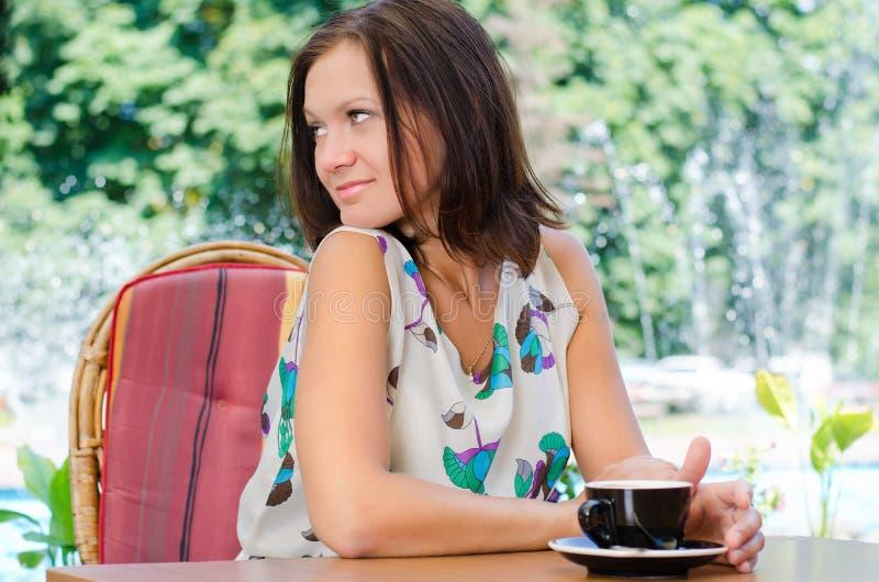 妇女饮用的咖啡户外 库存图片