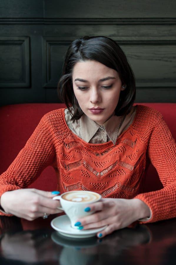 妇女饮用的咖啡 图库摄影