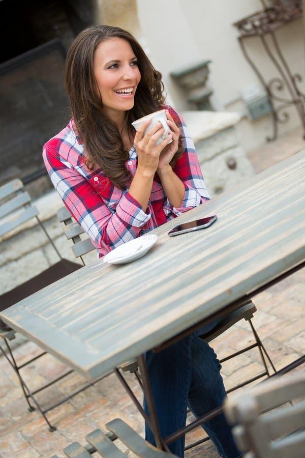 妇女饮用的咖啡 免版税库存照片