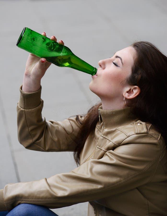 妇女饮用的啤酒 免版税库存照片