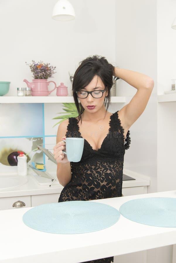 妇女饮用的早晨coffe 图库摄影