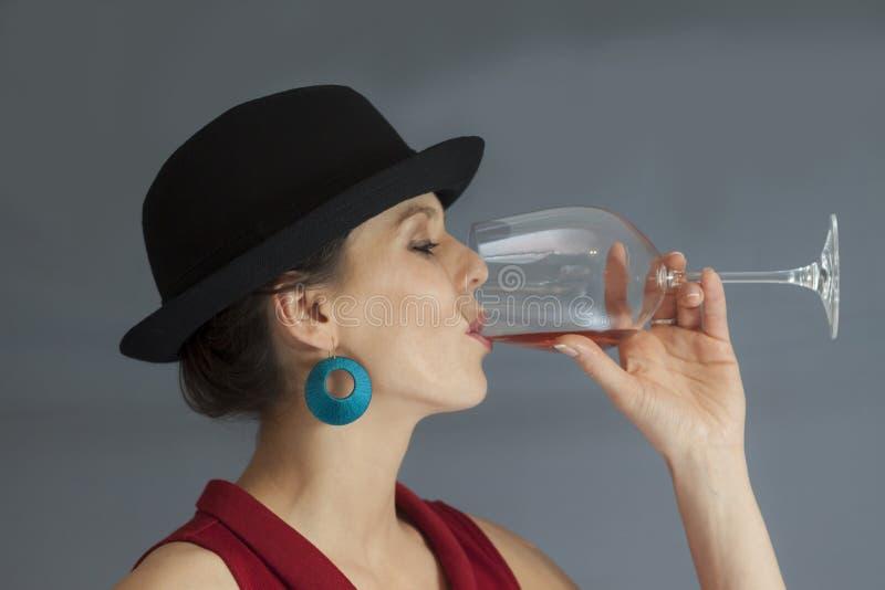 妇女饮用的酒 免版税库存图片