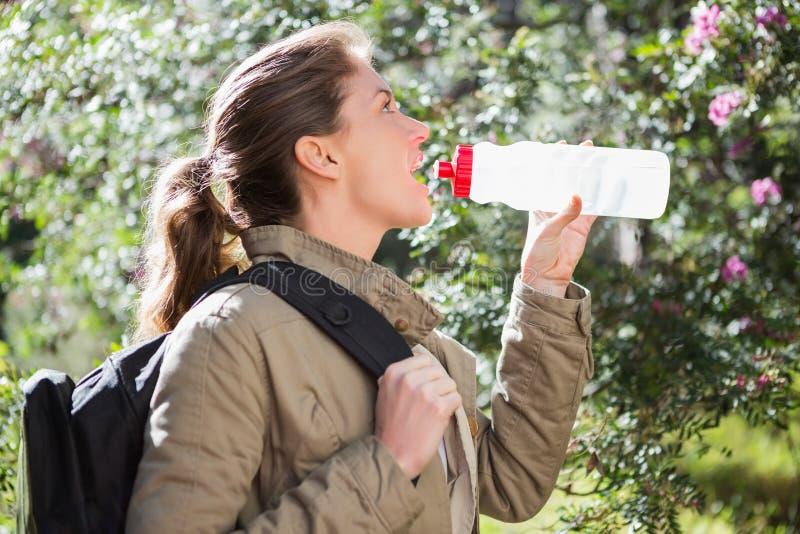 妇女饮用水,当做断裂时 免版税图库摄影