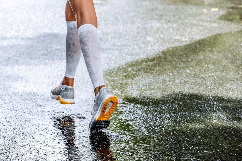 妇女马拉松运动员的苗条腿压缩袜子的 库存照片