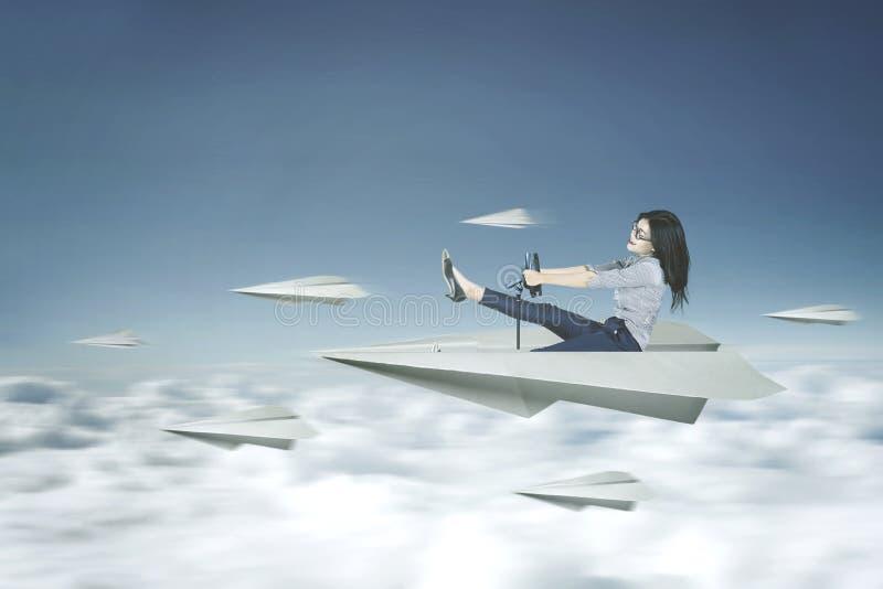 妇女驾驶纸飞机 免版税库存照片