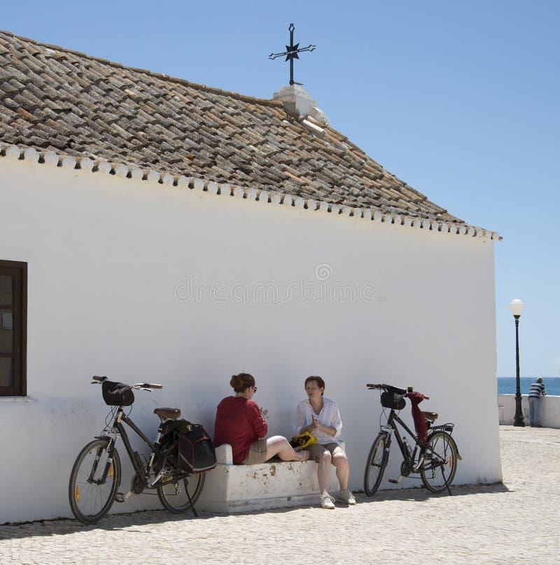 妇女骑自行车者采取午休 免版税图库摄影