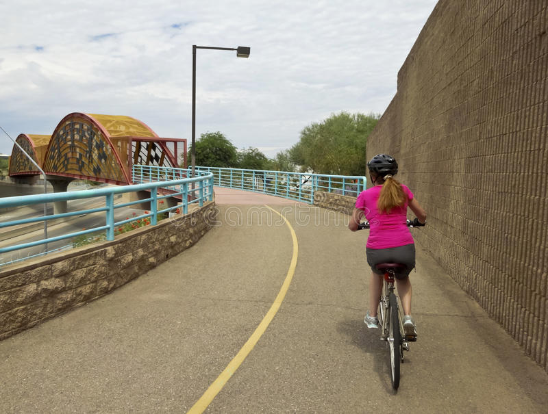 妇女骑自行车航空Bikeway,图森 免版税库存图片