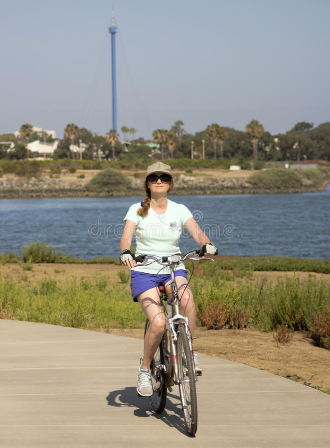 妇女骑自行车节日海岛,使命海湾,圣地亚哥 免版税库存照片