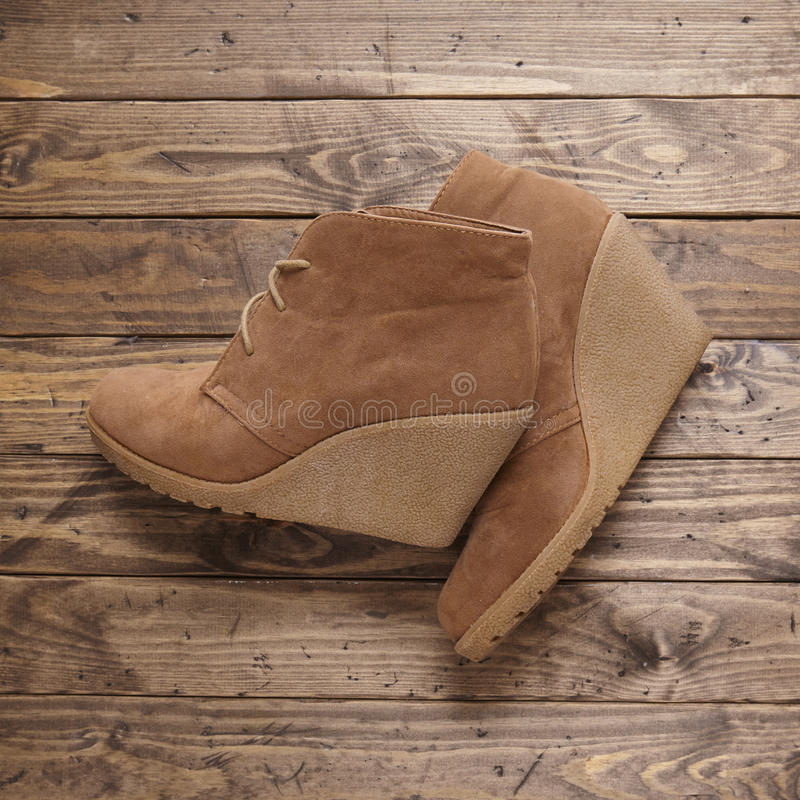 Download 妇女高跟鞋 库存图片. 图片 包括有 夫人, 停顿, 女孩, 楔子, 脚跟, 绒面革, 背包, 方式, 妇女 - 72362659
