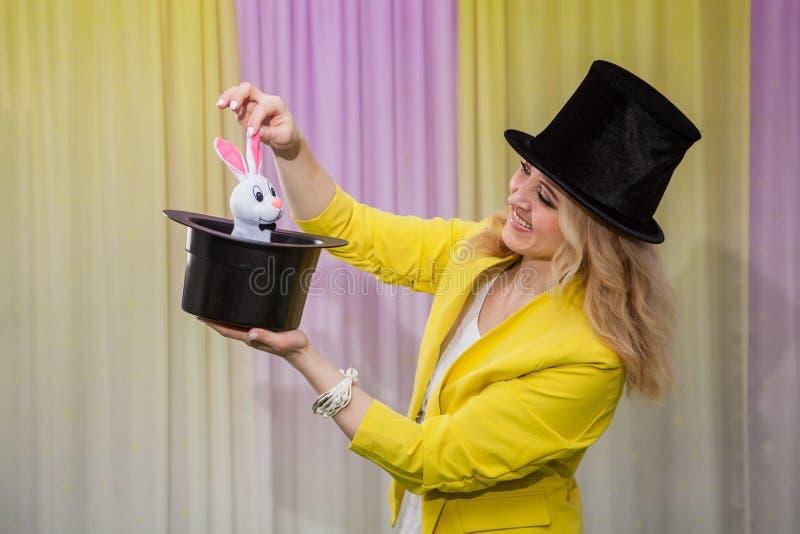 妇女魔术师展示把戏 免版税库存照片