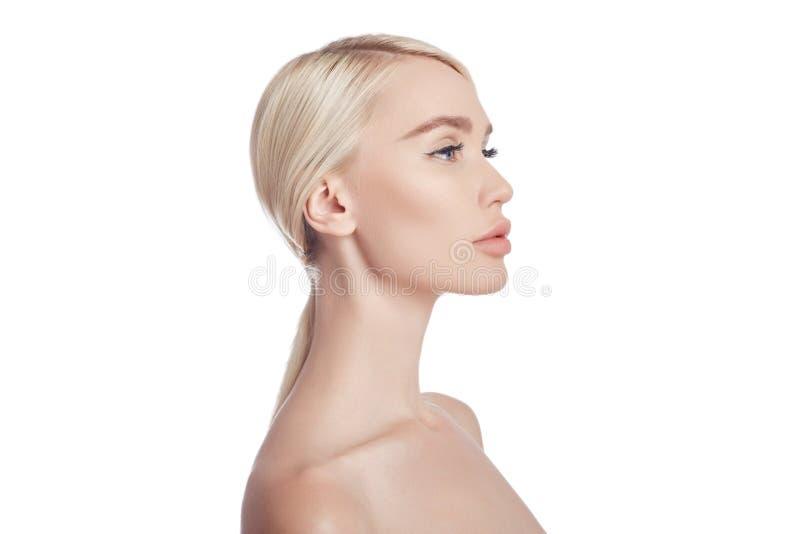 妇女,皱痕的化妆用品的完善的干净的皮肤 对皮肤护理的使充满活力的作用 干净的毛孔没有皱痕 女孩金发碧眼的女人 图库摄影