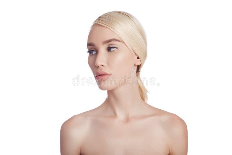 妇女,皱痕的化妆用品的完善的干净的皮肤 对皮肤护理的使充满活力的作用 干净的毛孔没有皱痕 女孩金发碧眼的女人 库存照片
