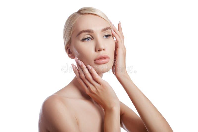 妇女,皱痕的化妆用品的完善的干净的皮肤 对皮肤护理的使充满活力的作用 干净的毛孔没有皱痕 女孩金发碧眼的女人 免版税库存照片