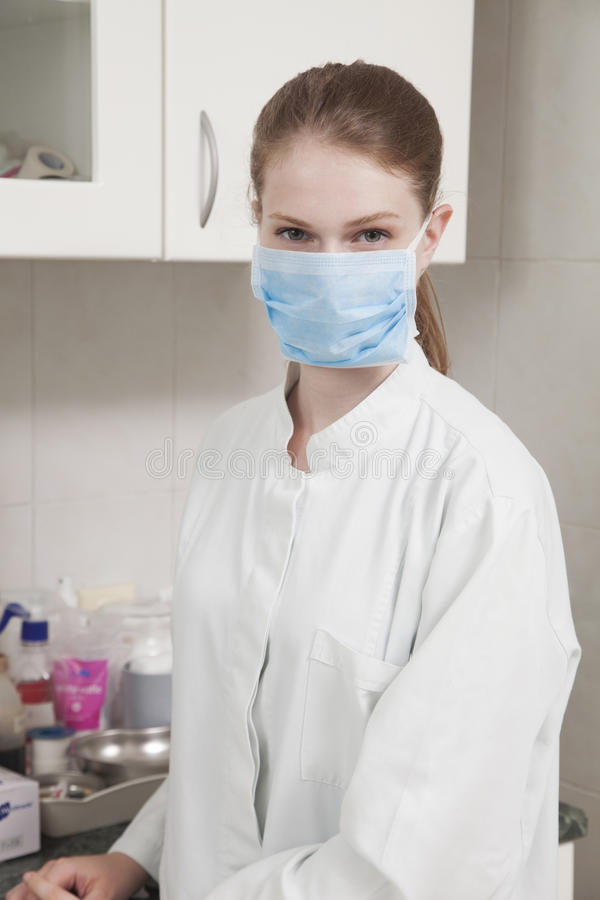 妇女医治与面罩 免版税库存照片