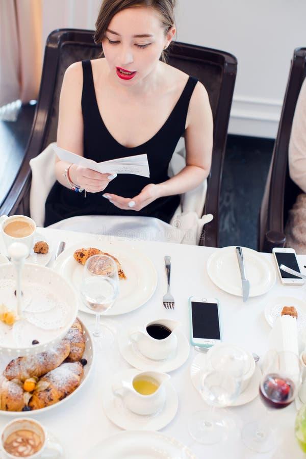 妇女读书在会议的桌上 免版税库存照片