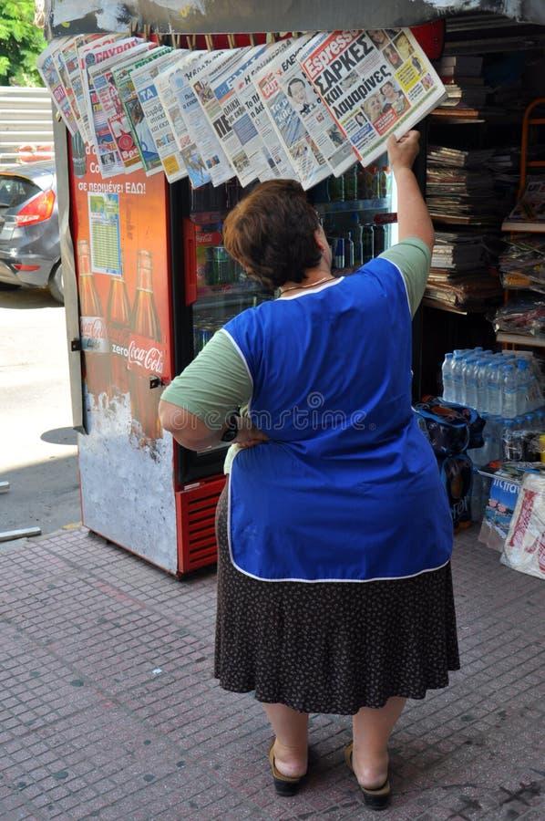 妇女读书报纸 库存图片