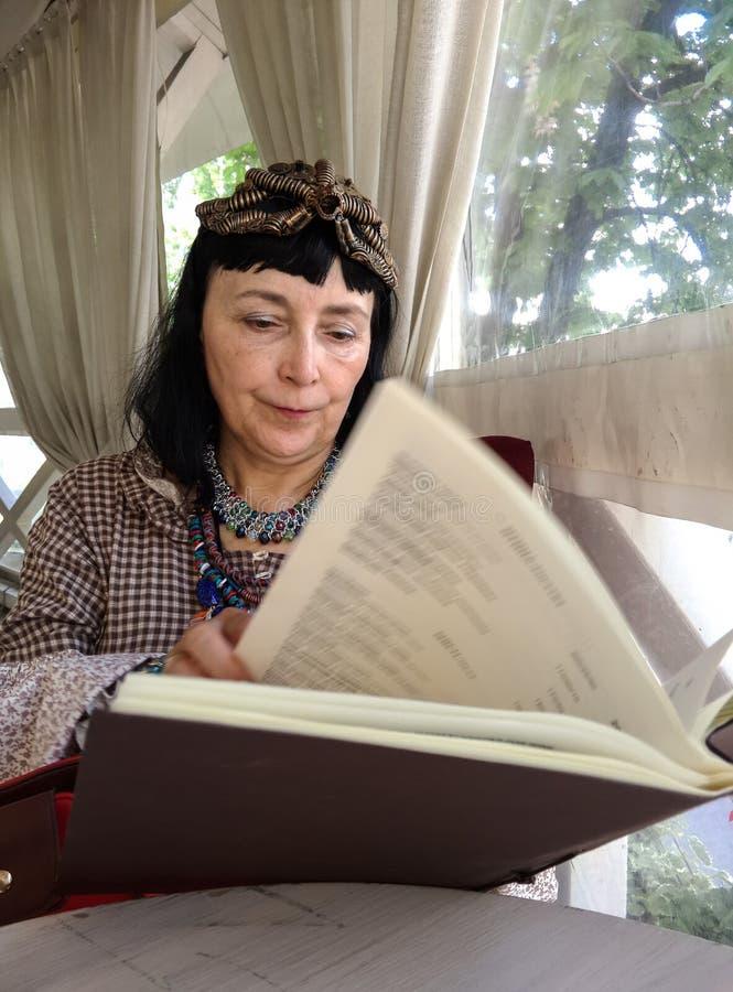 妇女读书菜单 免版税库存照片