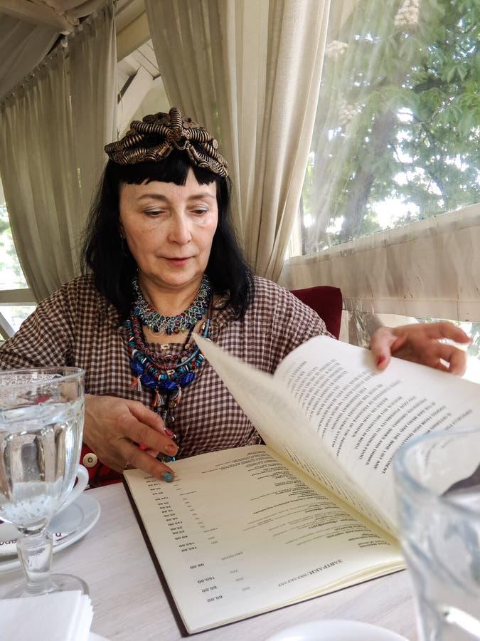 妇女读书菜单 库存图片