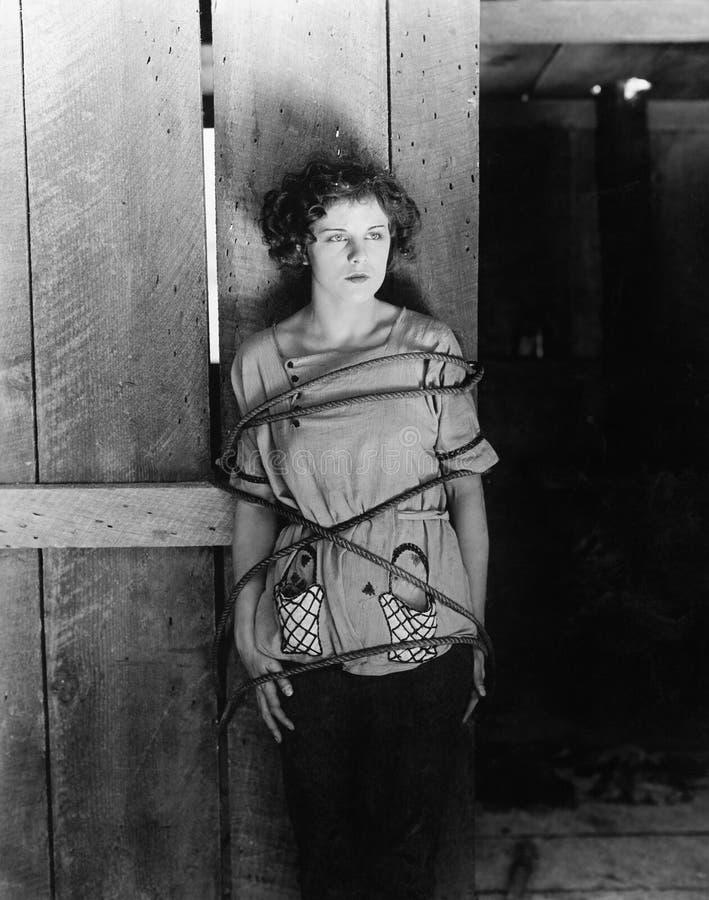 妇女阻塞与绳索(所有人被描述不更长生存,并且庄园不存在 供应商保单将有 库存照片