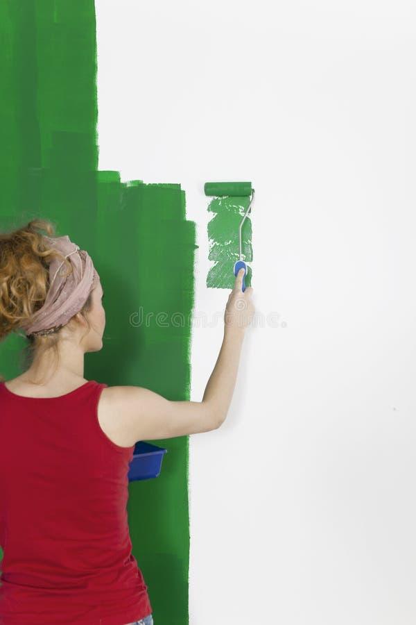 妇女绘画墙壁绿色 库存照片